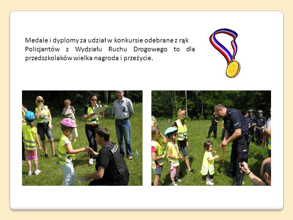 Medale i dyplomy za udział w konkursie odebrane z rąk