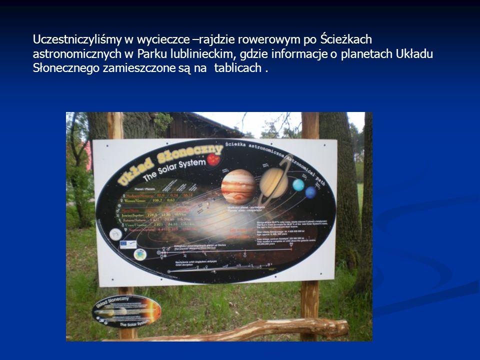 Uczestniczyliśmy w wycieczce –rajdzie rowerowym po Ścieżkach astronomicznych w Parku lublinieckim, gdzie informacje o planetach Układu Słonecznego zamieszczone są na tablicach .