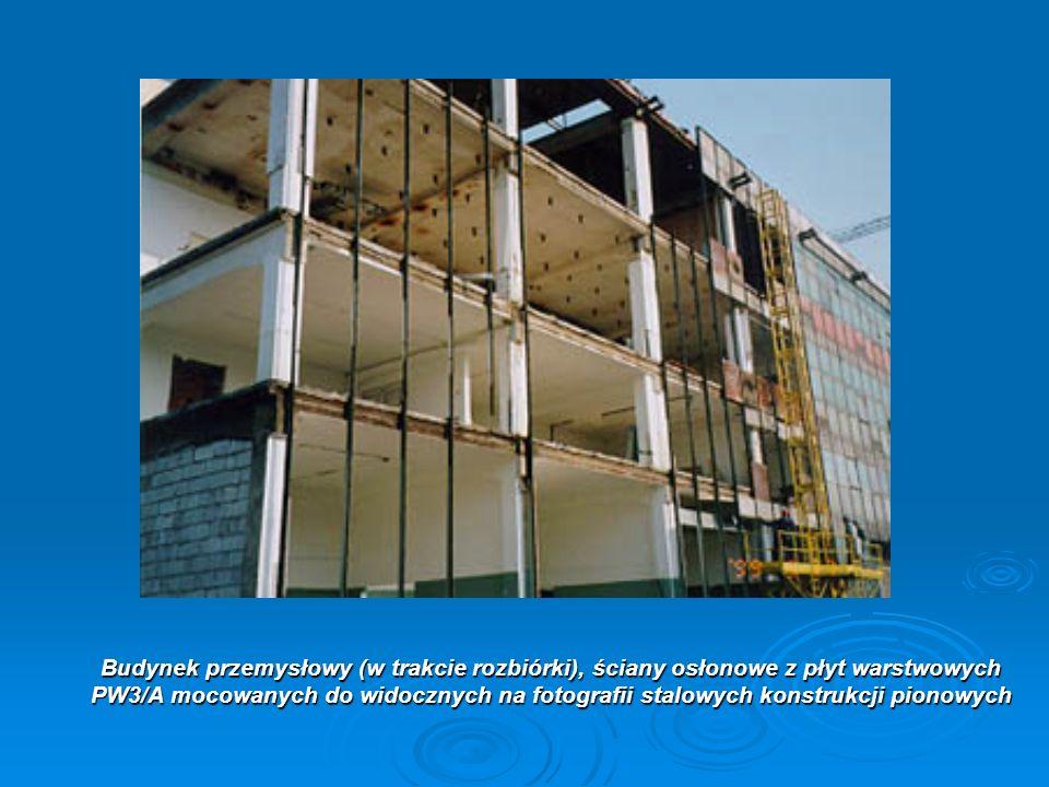 Budynek przemysłowy (w trakcie rozbiórki), ściany osłonowe z płyt warstwowych PW3/A mocowanych do widocznych na fotografii stalowych konstrukcji pionowych
