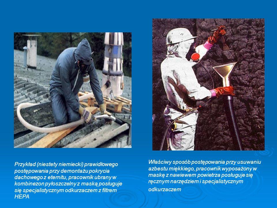 Właściwy sposób postępowania przy usuwaniu azbestu miękkiego, pracownik wyposażony w maskę z nawiewem powietrza posługuje się ręcznym narzędziem i specjalistycznym odkurzaczem