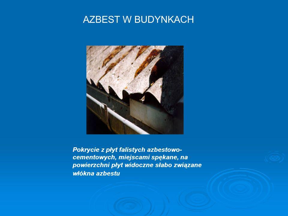 AZBEST W BUDYNKACH Pokrycie z płyt falistych azbestowo-cementowych, miejscami spękane, na powierzchni płyt widoczne słabo związane włókna azbestu.