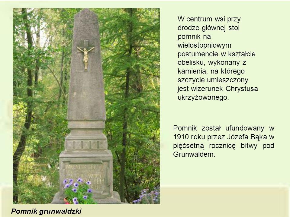 W centrum wsi przy drodze głównej stoi pomnik na wielostopniowym postumencie w kształcie obelisku, wykonany z kamienia, na którego szczycie umieszczony jest wizerunek Chrystusa ukrzyżowanego.