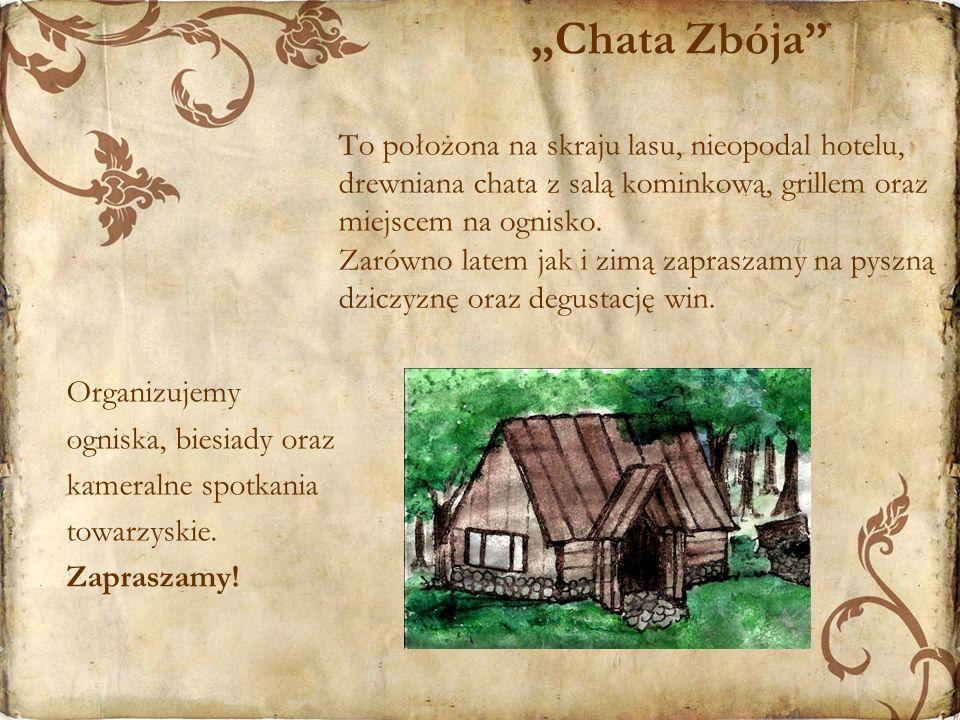 """""""Chata Zbója To położona na skraju lasu, nieopodal hotelu, drewniana chata z salą kominkową, grillem oraz miejscem na ognisko. Zarówno latem jak i zimą zapraszamy na pyszną dziczyznę oraz degustację win."""