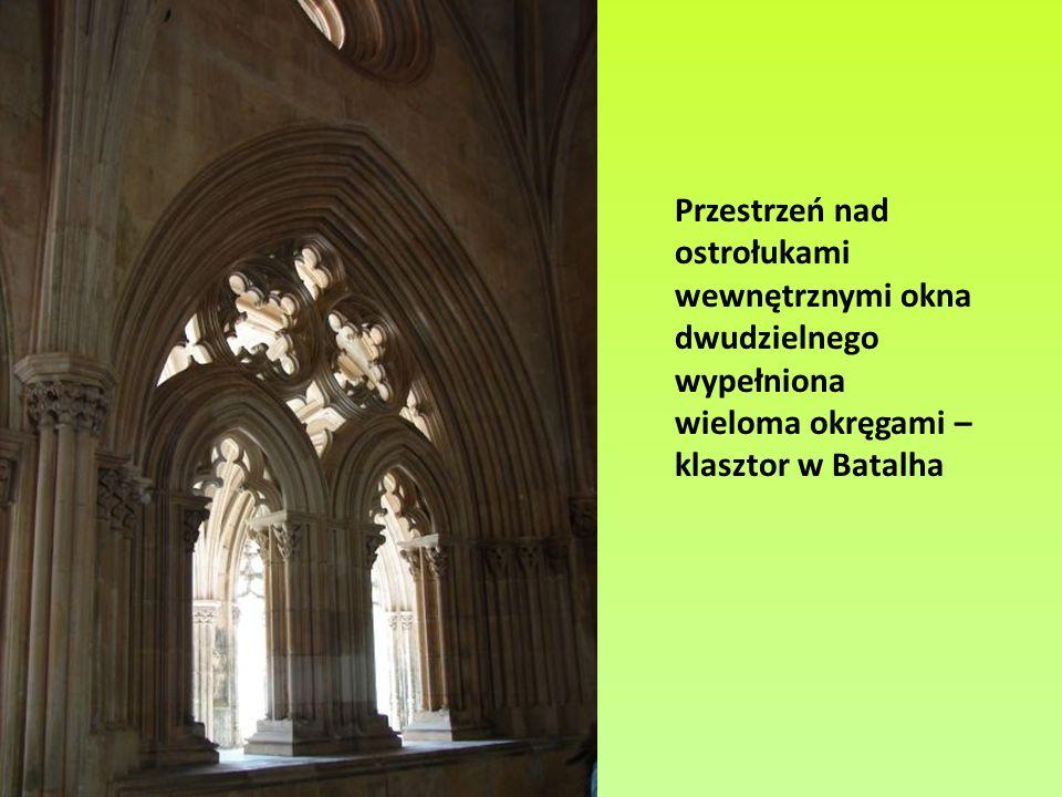 Przestrzeń nad ostrołukami wewnętrznymi okna dwudzielnego wypełniona wieloma okręgami – klasztor w Batalha