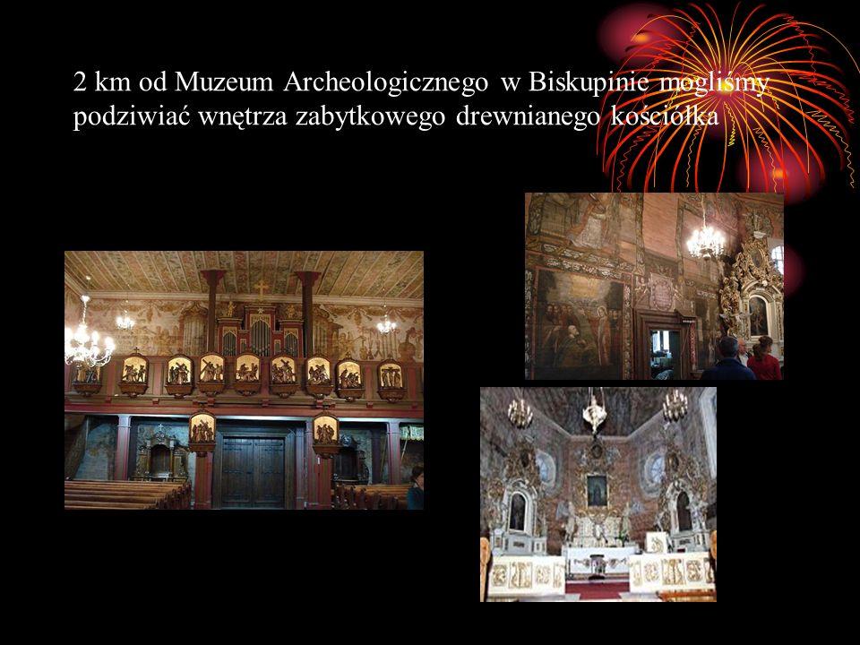 2 km od Muzeum Archeologicznego w Biskupinie mogliśmy podziwiać wnętrza zabytkowego drewnianego kościółka