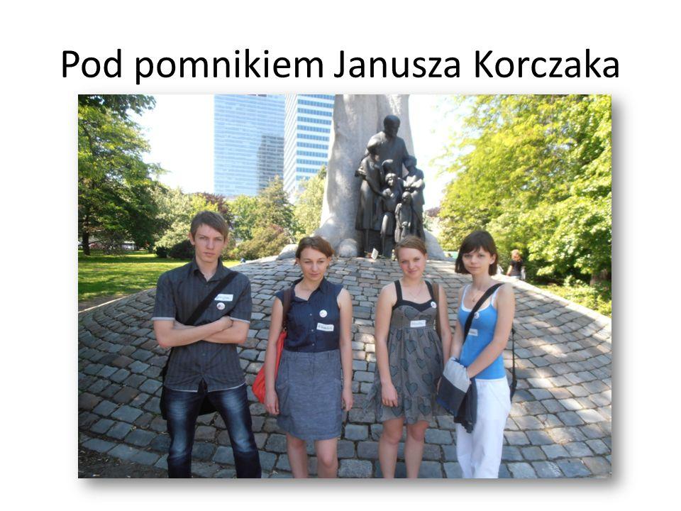 Pod pomnikiem Janusza Korczaka