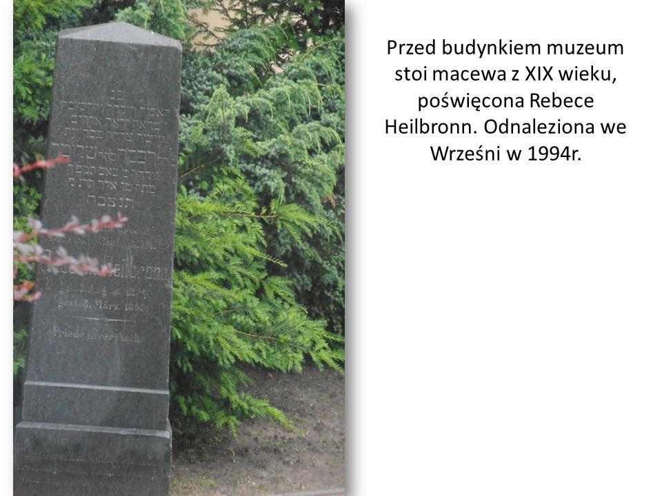 Przed budynkiem muzeum stoi macewa z XIX wieku, poświęcona Rebece Heilbronn.