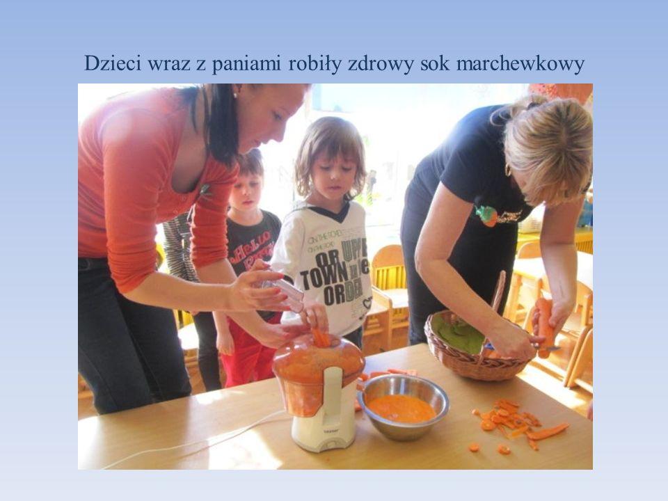 Dzieci wraz z paniami robiły zdrowy sok marchewkowy