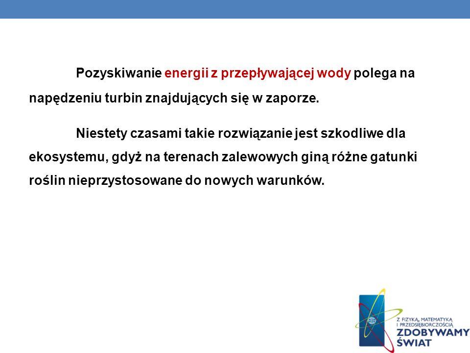 Pozyskiwanie energii z przepływającej wody polega na napędzeniu turbin znajdujących się w zaporze.
