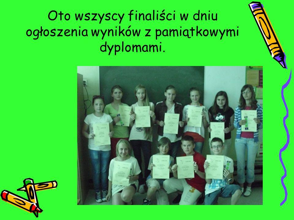 Oto wszyscy finaliści w dniu ogłoszenia wyników z pamiątkowymi dyplomami.