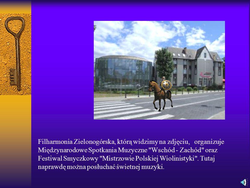 Filharmonia Zielonogórska, którą widzimy na zdjęciu, organizuje Międzynarodowe Spotkania Muzyczne Wschód - Zachód oraz Festiwal Smyczkowy Mistrzowie Polskiej Wiolinistyki .