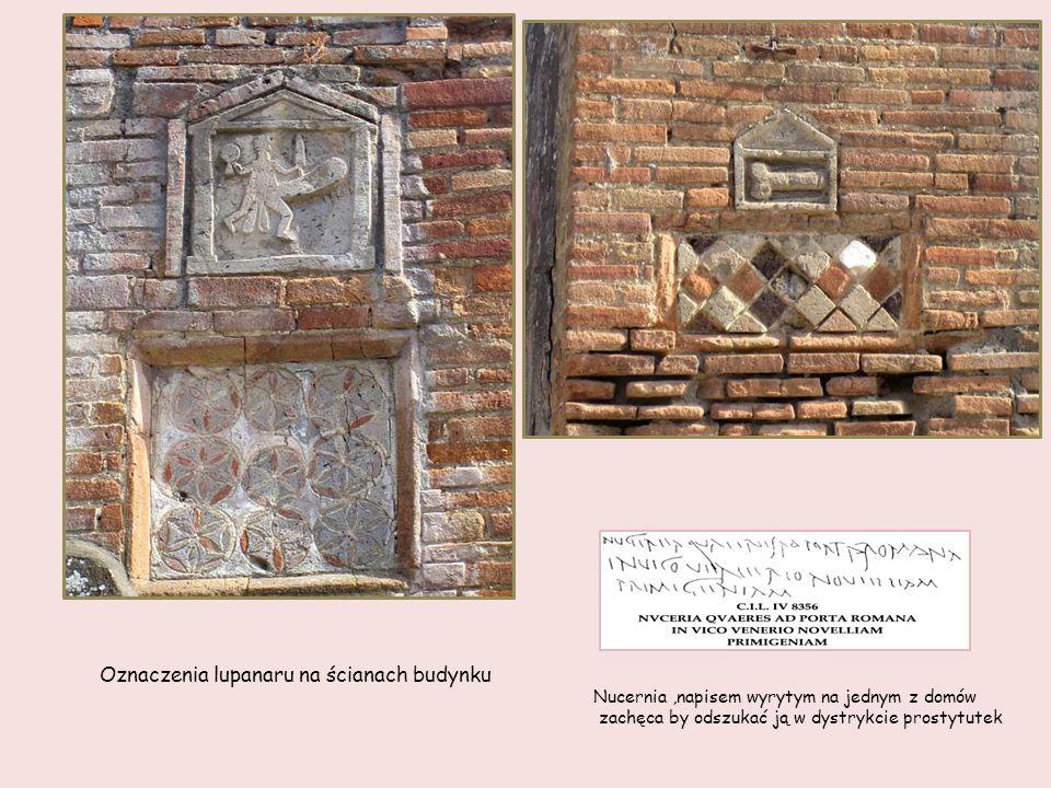 Oznaczenia lupanaru na ścianach budynku
