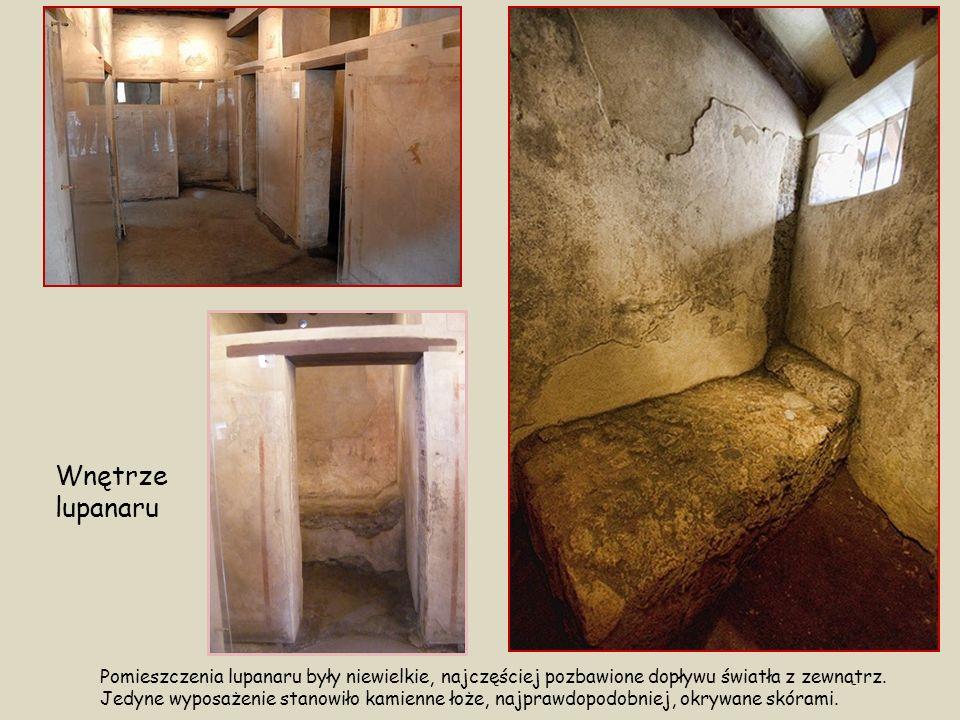 Wnętrze lupanaru Pomieszczenia lupanaru były niewielkie, najczęściej pozbawione dopływu światła z zewnątrz.