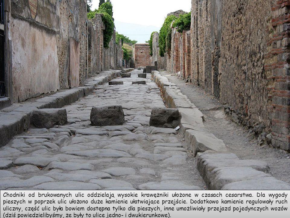 Chodniki od brukowanych ulic oddzielają wysokie krawężniki ułożone w czasach cesarstwa.