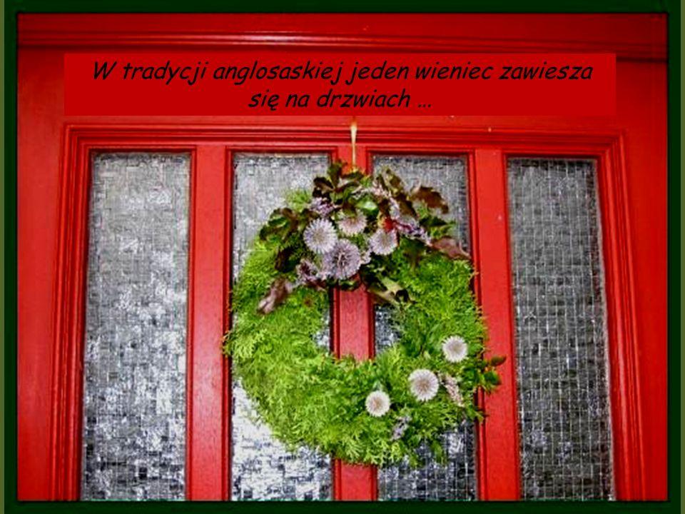 W tradycji anglosaskiej jeden wieniec zawiesza się na drzwiach …