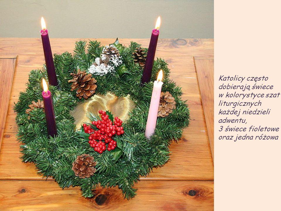Katolicy często dobierają świece. w kolorystyce szat. liturgicznych każdej niedzieli adwentu, 3 świece fioletowe.
