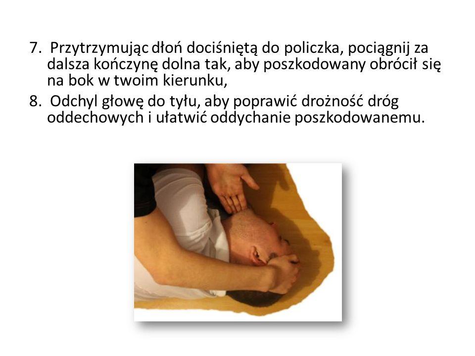 7. Przytrzymując dłoń dociśniętą do policzka, pociągnij za dalsza kończynę dolna tak, aby poszkodowany obrócił się na bok w twoim kierunku,