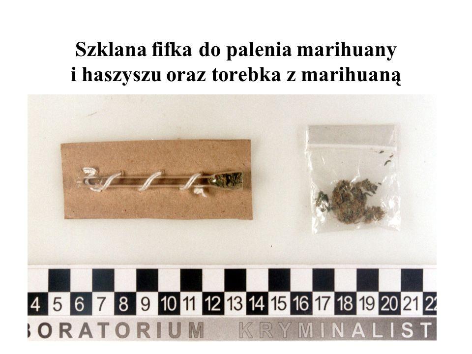Szklana fifka do palenia marihuany i haszyszu oraz torebka z marihuaną