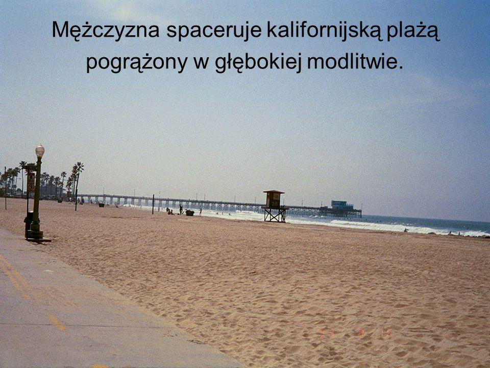 Mężczyzna spaceruje kalifornijską plażą pogrążony w głębokiej modlitwie.