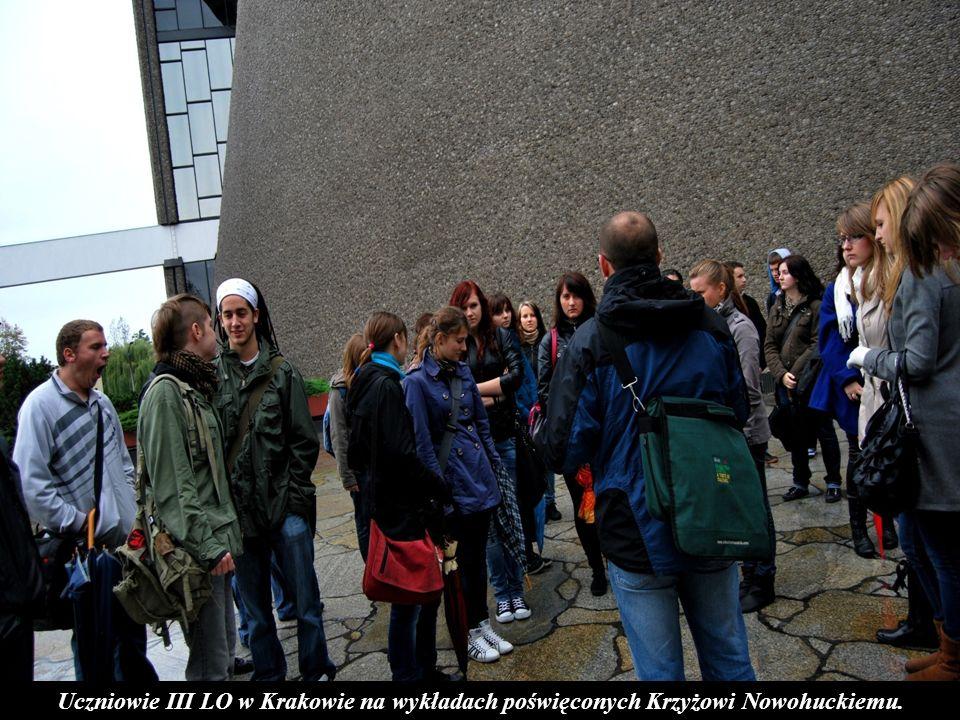 Uczniowie III LO w Krakowie na wykładach poświęconych Krzyżowi Nowohuckiemu.