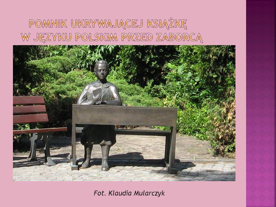 pomnik ukrywającej książkę w języku polskim przed zaborcą