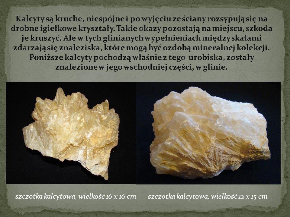 Kalcyty są kruche, niespójne i po wyjęciu ze ściany rozsypują się na drobne igiełkowe kryształy. Takie okazy pozostają na miejscu, szkoda je kruszyć. Ale w tych glinianych wypełnieniach między skałami zdarzają się znaleziska, które mogą być ozdobą mineralnej kolekcji. Poniższe kalcyty pochodzą właśnie z tego urobiska, zostały znalezione w jego wschodniej części, w glinie.