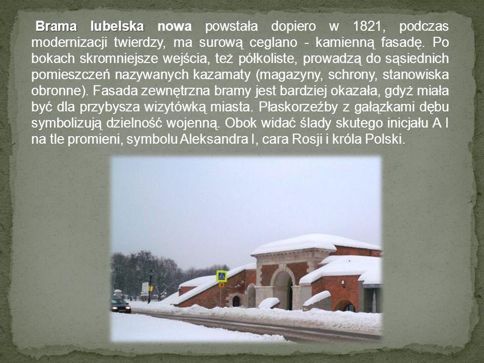 Brama lubelska nowa powstała dopiero w 1821, podczas modernizacji twierdzy, ma surową ceglano - kamienną fasadę.
