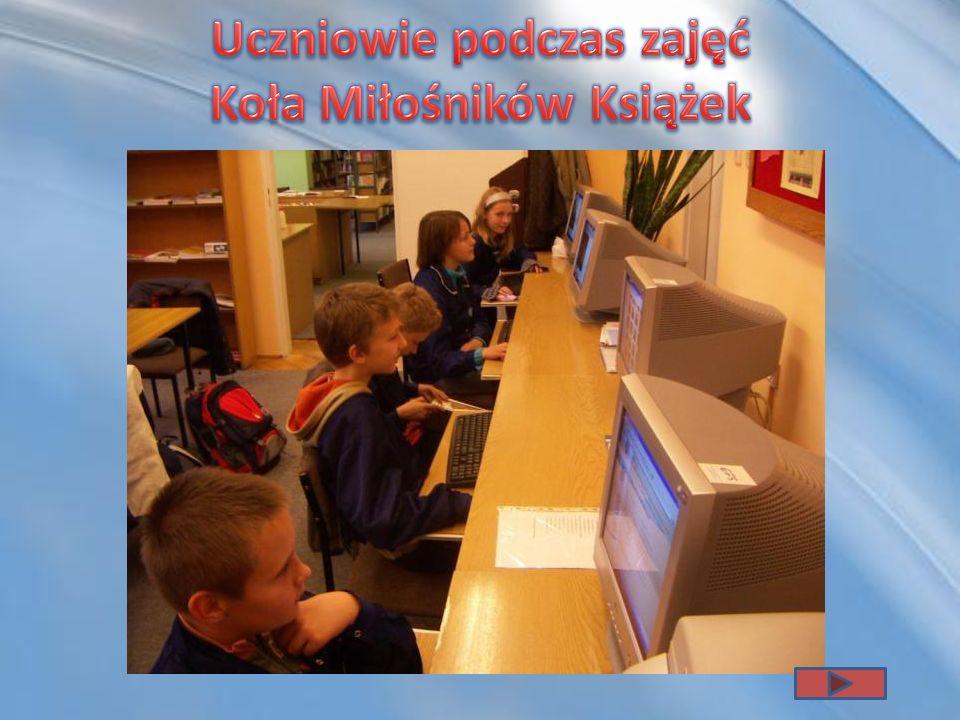 Uczniowie podczas zajęć Koła Miłośników Książek
