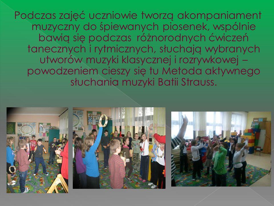 Podczas zajęć uczniowie tworzą akompaniament muzyczny do śpiewanych piosenek, wspólnie bawią się podczas różnorodnych ćwiczeń tanecznych i rytmicznych, słuchają wybranych utworów muzyki klasycznej i rozrywkowej – powodzeniem cieszy się tu Metoda aktywnego słuchania muzyki Batii Strauss.
