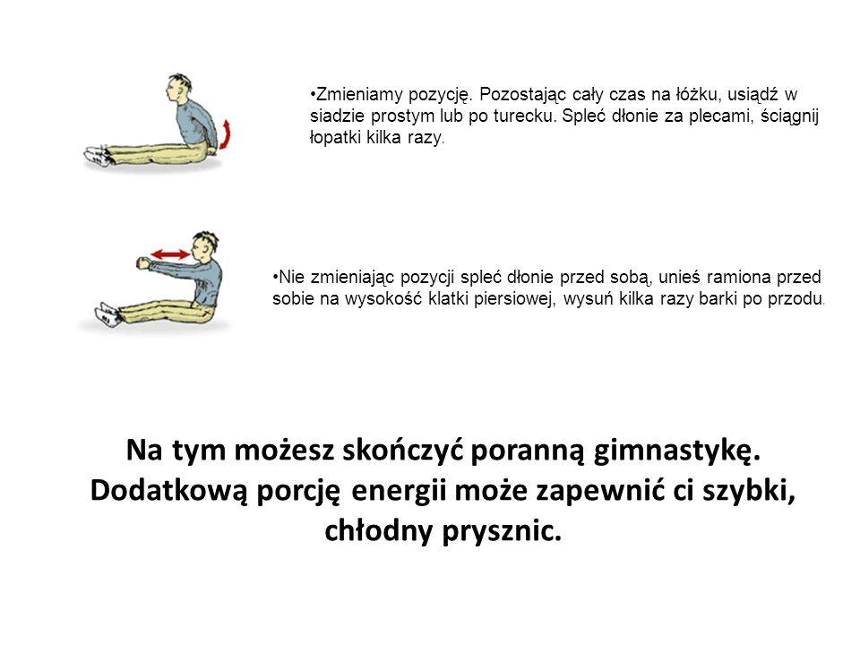 Zmieniamy pozycję. Pozostając cały czas na łóżku, usiądź w siadzie prostym lub po turecku. Spleć dłonie za plecami, ściągnij łopatki kilka razy.