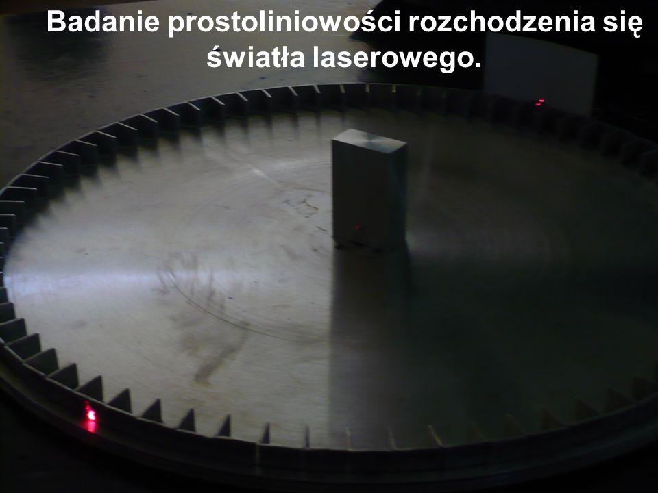 Badanie prostoliniowości rozchodzenia się światła laserowego.