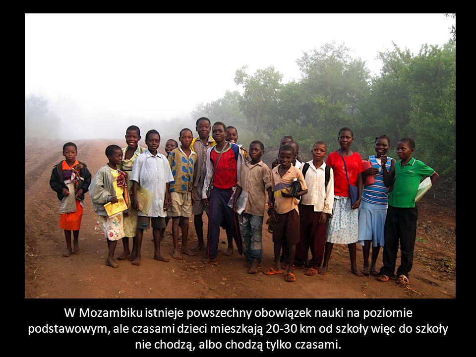 W Mozambiku istnieje powszechny obowiązek nauki na poziomie podstawowym, ale czasami dzieci mieszkają 20-30 km od szkoły więc do szkoły nie chodzą, albo chodzą tylko czasami.