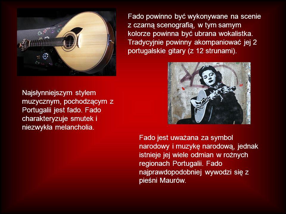 Fado powinno być wykonywane na scenie z czarną scenografią, w tym samym kolorze powinna być ubrana wokalistka. Tradycyjnie powinny akompaniować jej 2 portugalskie gitary (z 12 strunami).