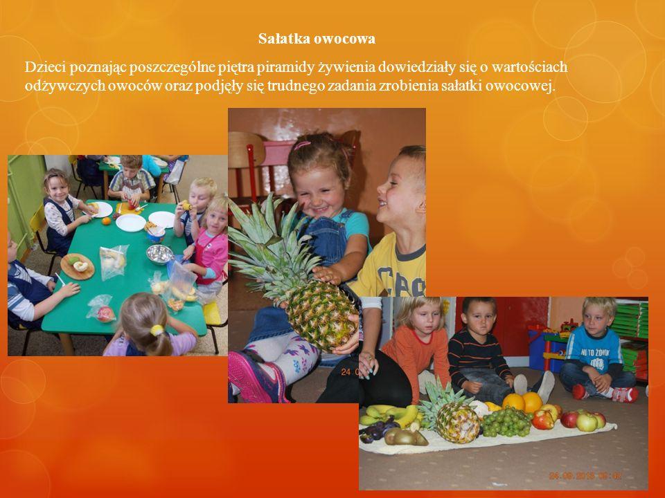 Sałatka owocowa Dzieci poznając poszczególne piętra piramidy żywienia dowiedziały się o wartościach odżywczych owoców oraz podjęły się trudnego zadania zrobienia sałatki owocowej.
