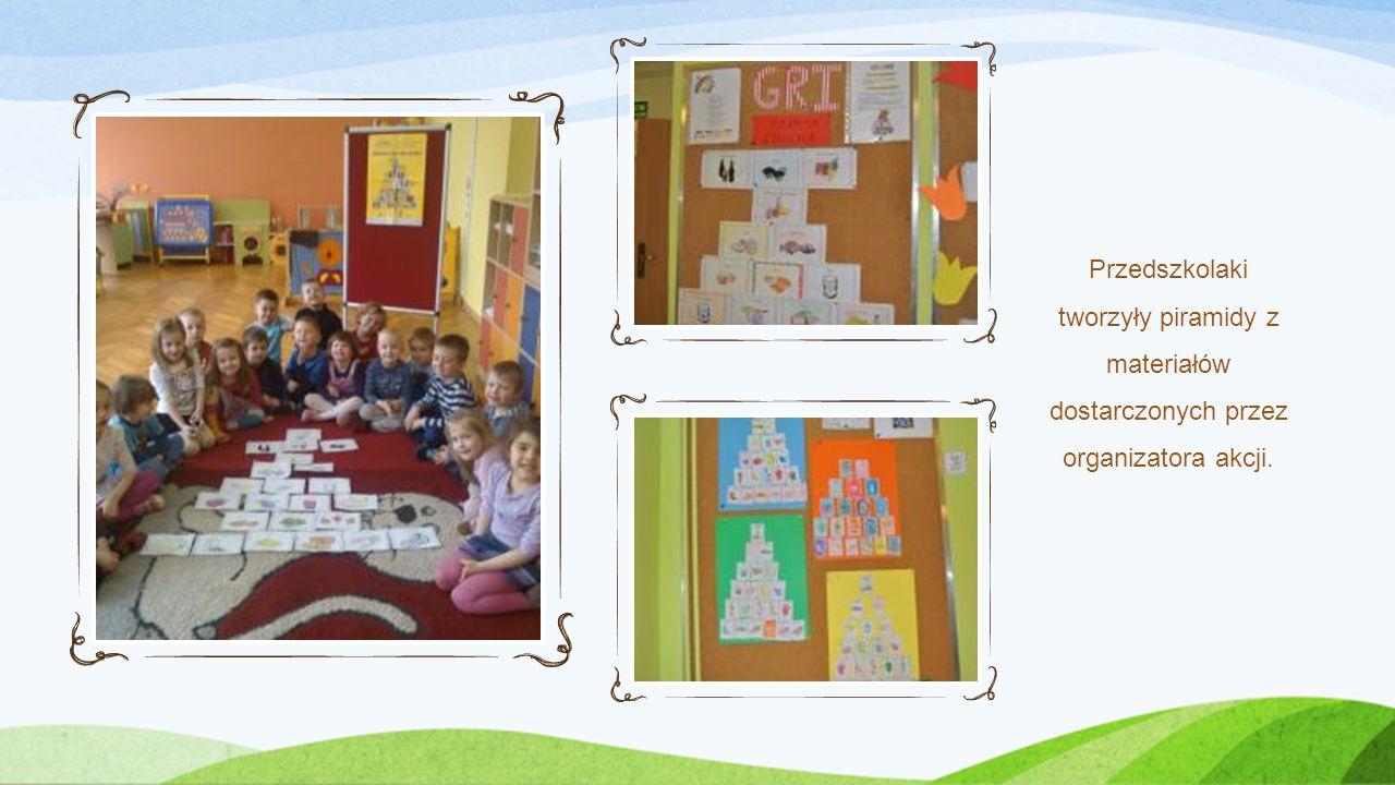 Przedszkolaki tworzyły piramidy z materiałów dostarczonych przez organizatora akcji.