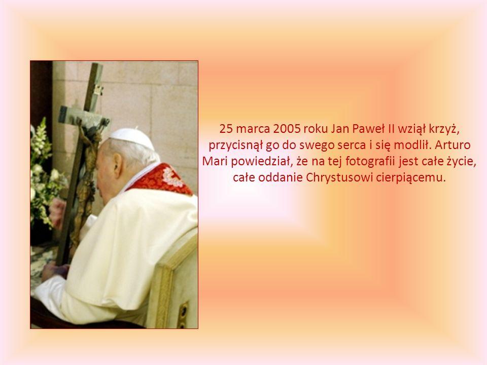 25 marca 2005 roku Jan Paweł II wziął krzyż, przycisnął go do swego serca i się modlił.