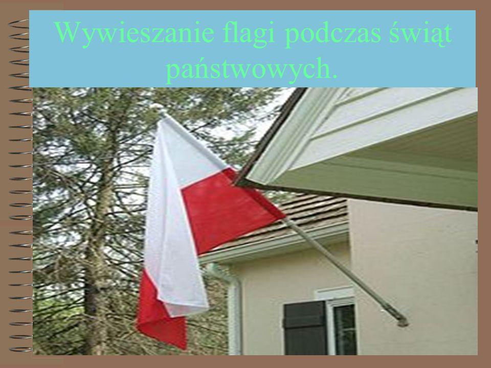 Wywieszanie flagi podczas świąt państwowych.