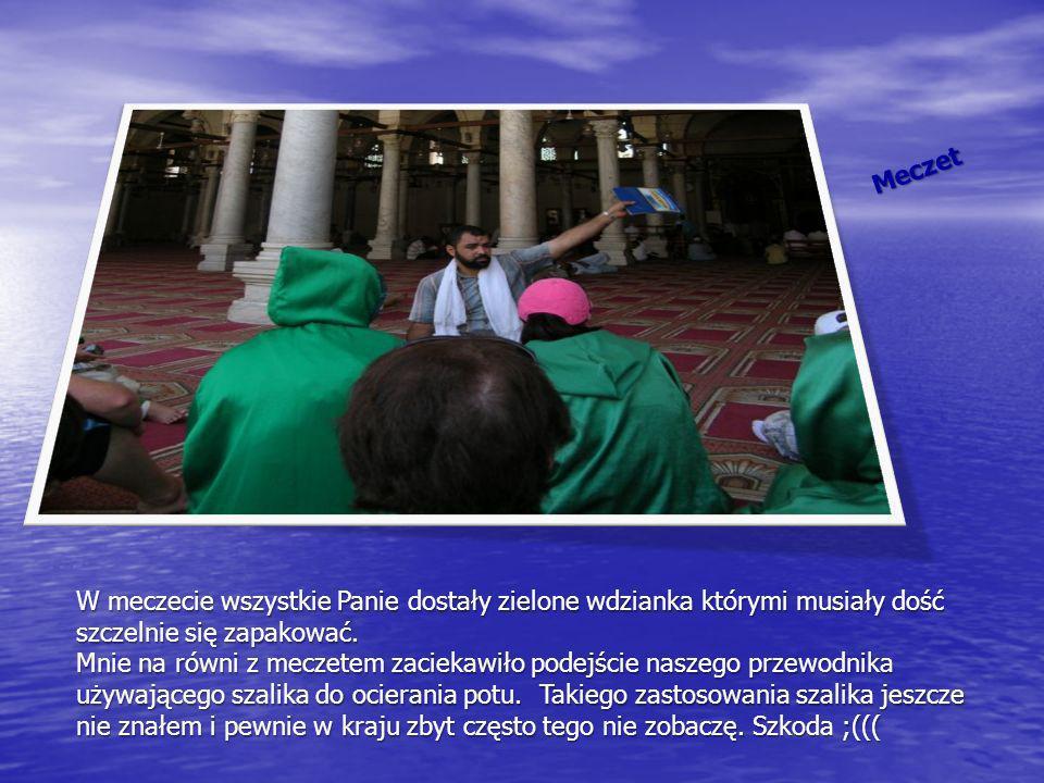 Meczet W meczecie wszystkie Panie dostały zielone wdzianka którymi musiały dość szczelnie się zapakować.