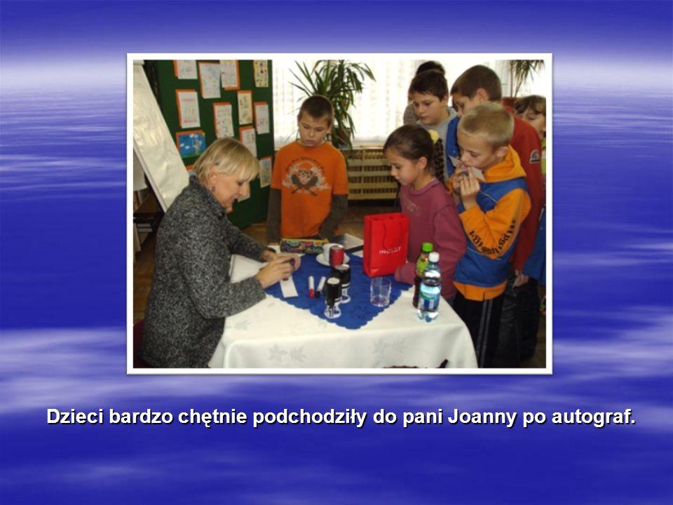 Dzieci bardzo chętnie podchodziły do pani Joanny po autograf.