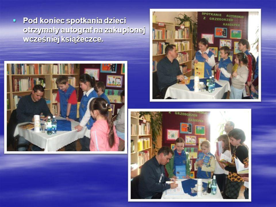 Pod koniec spotkania dzieci otrzymały autograf na zakupionej wcześniej książeczce.