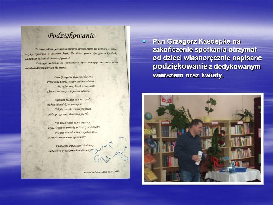 Pan Grzegorz Kasdepke na zakończenie spotkania otrzymał od dzieci własnoręcznie napisane podziękowanie z dedykowanym wierszem oraz kwiaty.