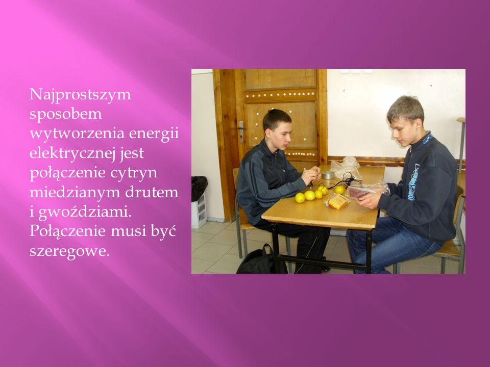 Najprostszym sposobem wytworzenia energii elektrycznej jest połączenie cytryn miedzianym drutem i gwoździami.