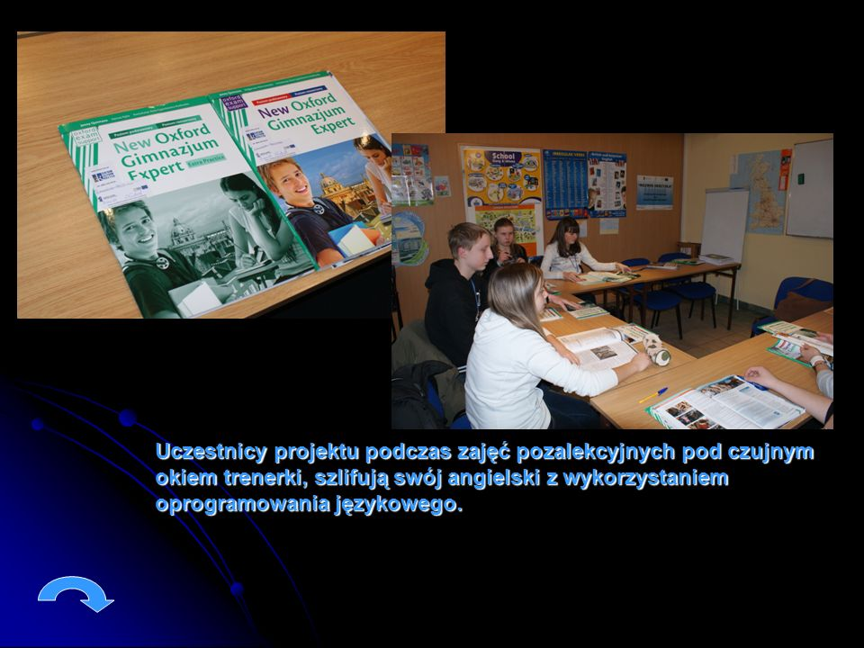 Uczestnicy projektu podczas zajęć pozalekcyjnych pod czujnym okiem trenerki, szlifują swój angielski z wykorzystaniem oprogramowania językowego.