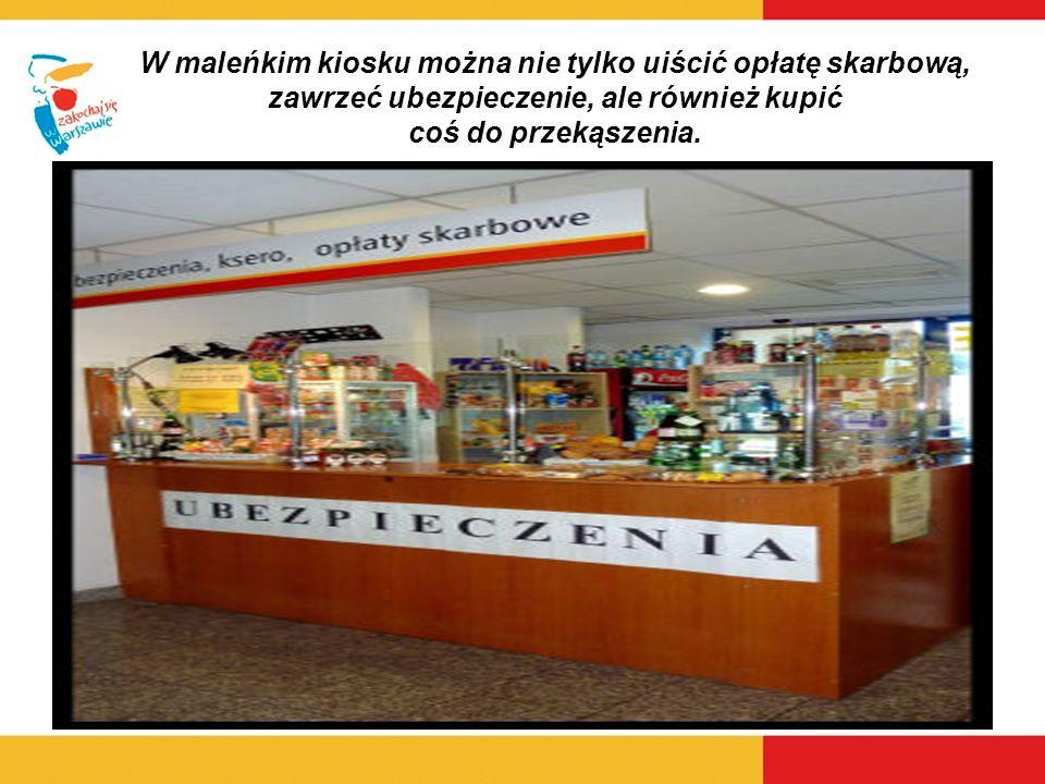 W maleńkim kiosku można nie tylko uiścić opłatę skarbową, zawrzeć ubezpieczenie, ale również kupić coś do przekąszenia.