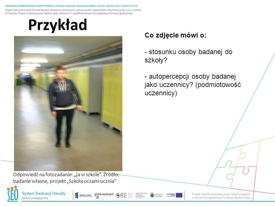 Przykład Co zdjęcie mówi o: stosunku osoby badanej do szkoły
