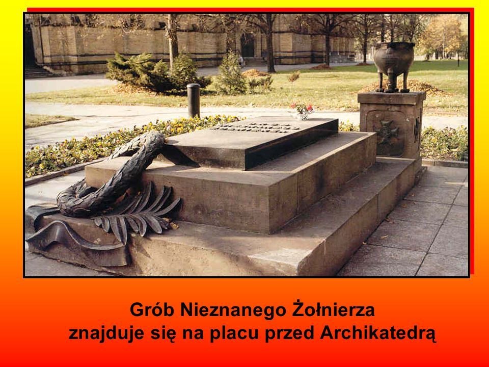 Grób Nieznanego Żołnierza znajduje się na placu przed Archikatedrą
