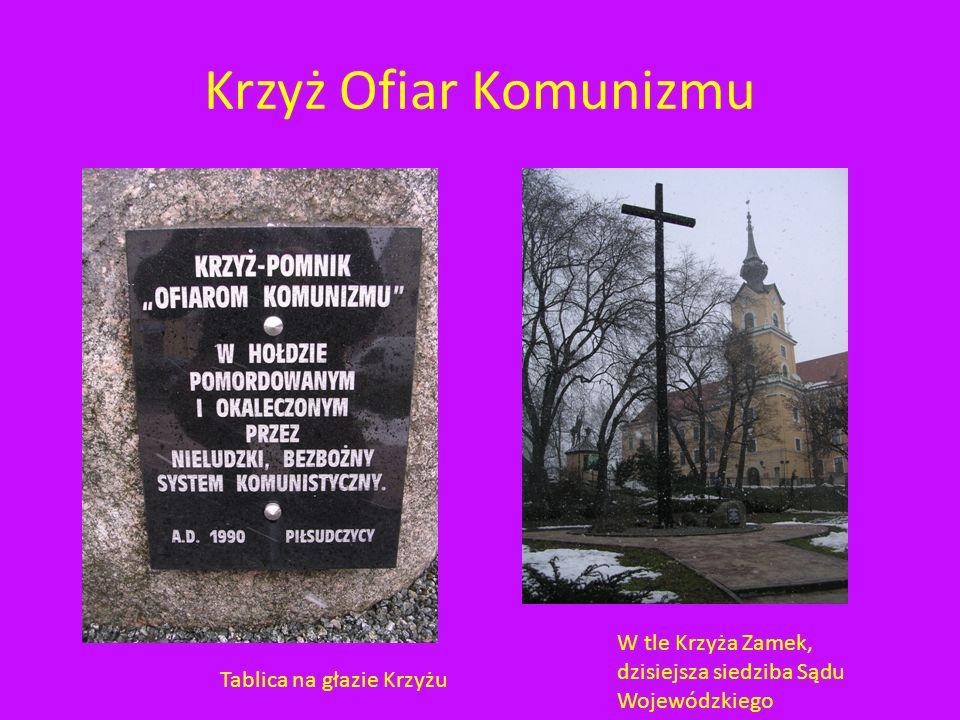 Krzyż Ofiar Komunizmu W tle Krzyża Zamek, dzisiejsza siedziba Sądu Wojewódzkiego.