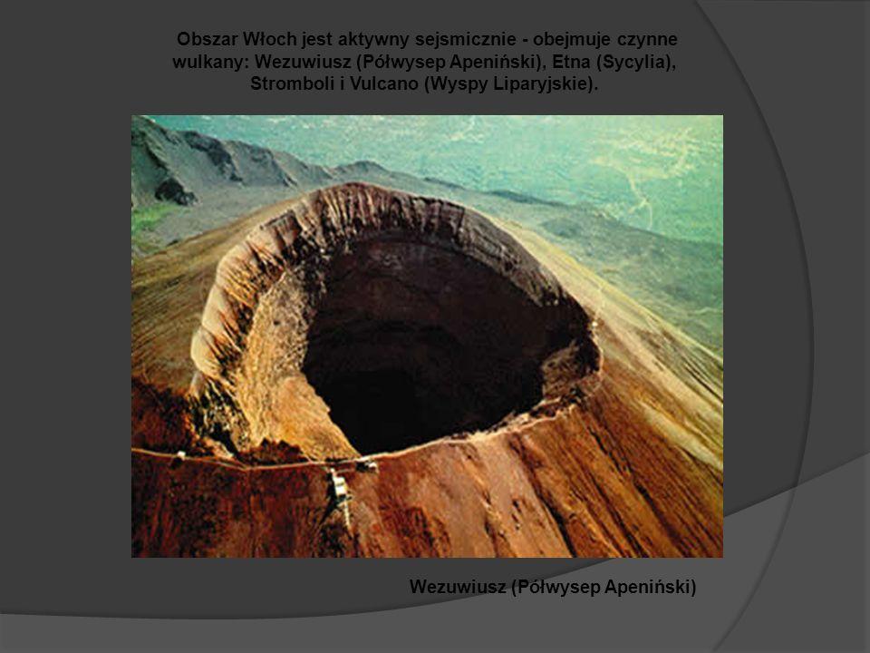 Obszar Włoch jest aktywny sejsmicznie - obejmuje czynne wulkany: Wezuwiusz (Półwysep Apeniński), Etna (Sycylia), Stromboli i Vulcano (Wyspy Liparyjskie).