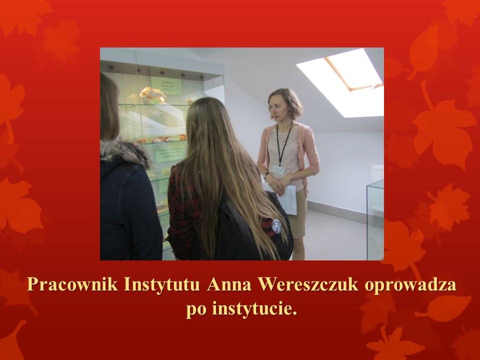 Pracownik Instytutu Anna Wereszczuk oprowadza po instytucie.