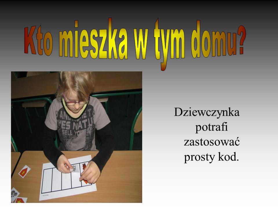 Dziewczynka potrafi zastosować prosty kod.
